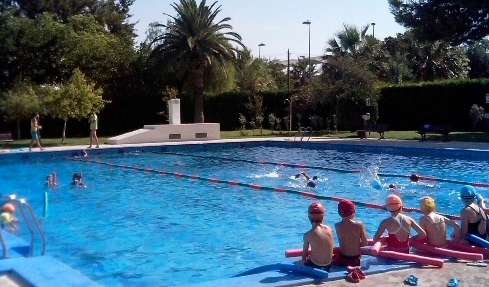 La piscina de verano de xirivella recibe m s de for Piscina quart de poblet cubierta